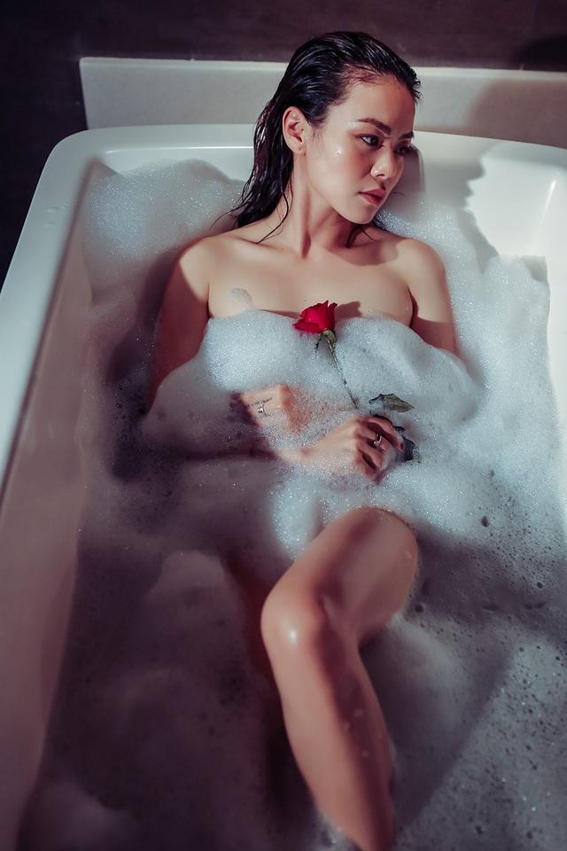Những nhận định này đến từ loạt ảnh được Nguyễn Hải Yến chia sẻ trong sản phẩm âm nhạc mới khiến nhiều người cảm thấy bất ngờ bởi sự táo bạo và nóng bỏng.