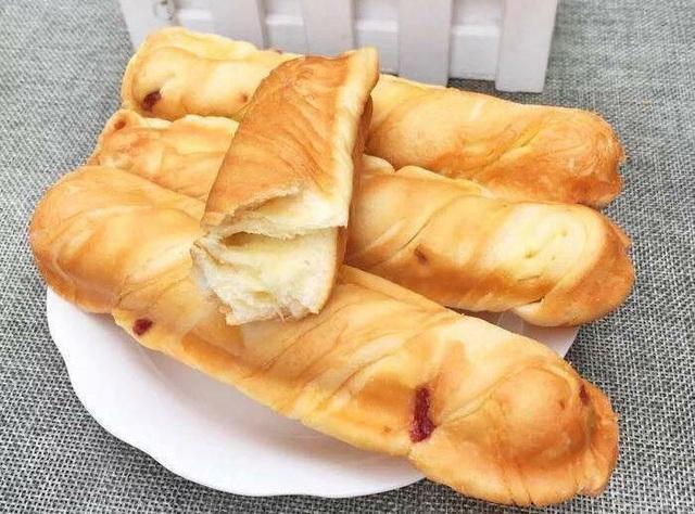 Người bán quảng cáo bánh mì que Trung Quốc có hạn sử dụng từ 3-6 tháng tùy loại