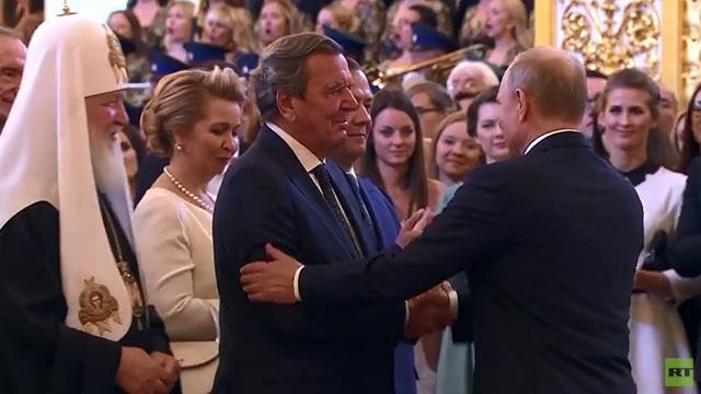 Tổng thống Nga Vladimir Putin bắt tay cựu Thủ tướng Đức Gerhard Schroder trong lễ nhậm chức ngày 7/5. (Ảnh: RT)