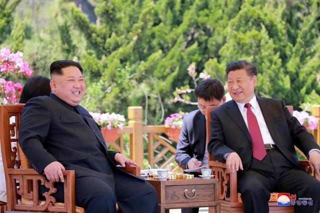 Nhà lãnh đạo Kim Jong-un và Chủ tịch Tập Cận Bình trò chuyện tại thành phố Đại Liên (Ảnh: Reuters)