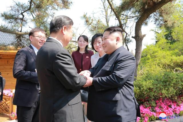 Ông Kim Jong-un và ông Tập Cận Bình bắt tay nhau tại Đại Liên (Ảnh: Reuters)