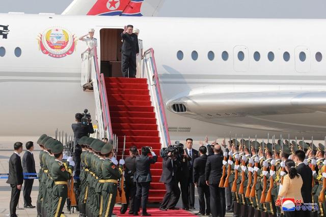Ông Kim Jong-un vẫy tay chào khi chuẩn bị bước xuống từ chuyên cơ tại thành phố Đại Liên (Ảnh: Reuters)