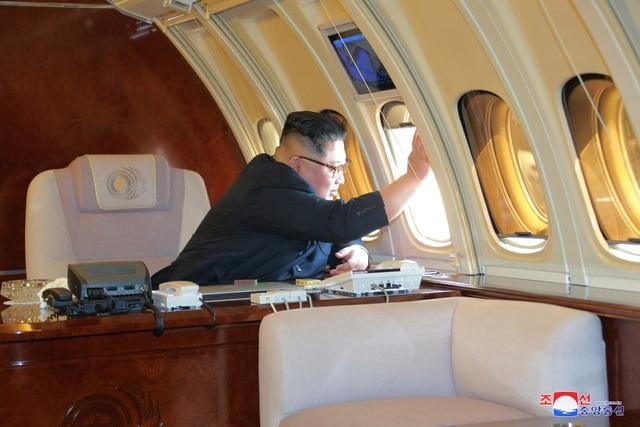 Bức ảnh do truyền thông Triều Tiên công bố hé lộ một phần nội thất bên trong chuyên cơ chở ông Kim Jong-un (Ảnh: Reuters)