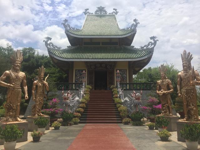 Tượng đài Vua Hùng ở Đồng Xanh - Gia Lai.
