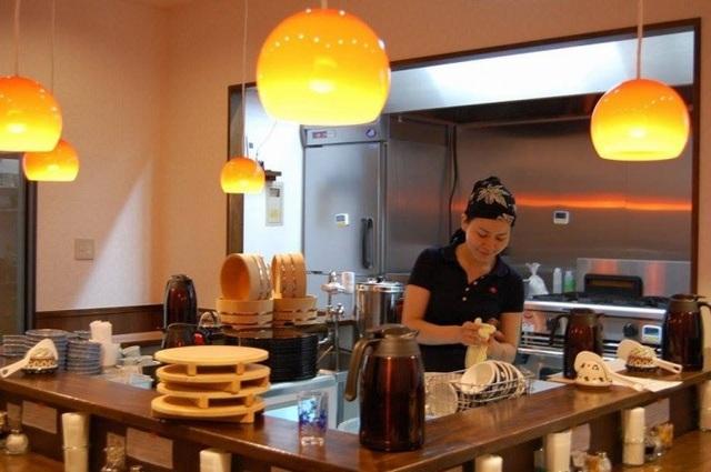 Kỳ lạ quán ăn mời thực khách dùng bữa miễn phí - 1