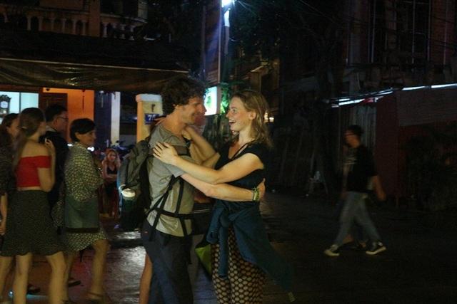 Các cặp đôi khiêu vũ cùng nhau trong đêm giao thừa thu hút sự chú ý của đông đảo người dân
