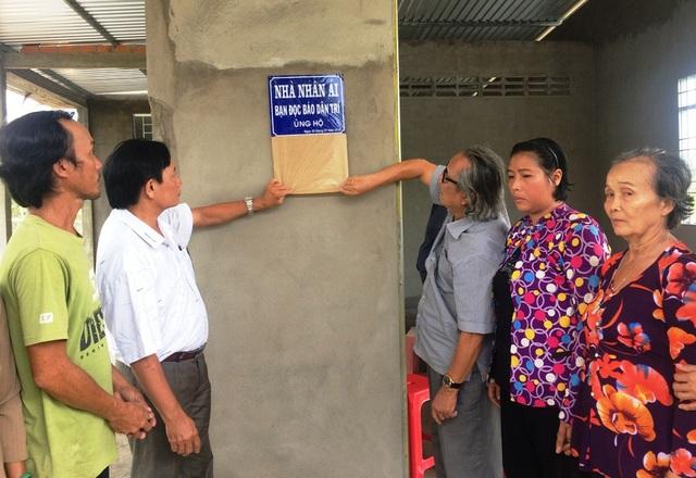 Nhà báo Phan Huy – Trưởng văn phòng đại diện báo Dân trí khu vực ĐBSCL và ông Nguyễn Quốc Thắng - Phó Chủ tịch thường trực Hội chữ thập đỏ huyện Cầu Kè thực hiện nghi lễ mở bản nhà Nhân ái