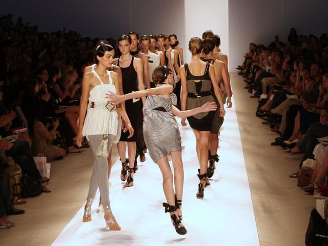 Một người mẫu bị loạng choạng tại show trình diễn ở New York 2007.