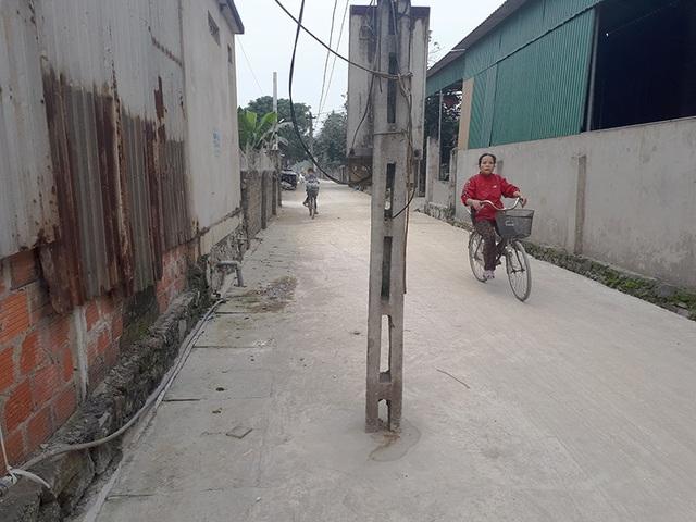 Có rất nhiều cột điện mọc chình ình giữa đường đang là nỗi lo lắng của người dân.