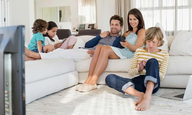 Phụ huynh nên dành thời gian bên cạnh con cái để cùng trải nghiệm những thiết bị công nghệ thay vì chỉ cấm đoán.