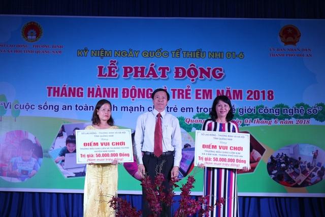 Quỹ bảo trợ trẻ em tỉnh trao tiền hỗ trợ xây dựng nhà vui chơi, sinh hoạt cho trẻ em tại Trường mẫu giáo Cẩm Kim (xã Cẩm Kim - Hội An) và Trường mẫu giáo liên xã Bhing-Tà Pơơ (huyện Nam Giang)