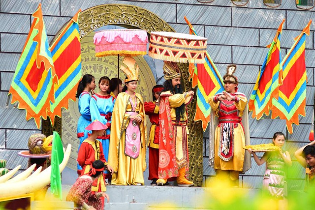 Sơn Tinh đến trước với lễ vật voi chín ngà, gà chín cựa, ngựa chín hồng mao nên được rước công chúa