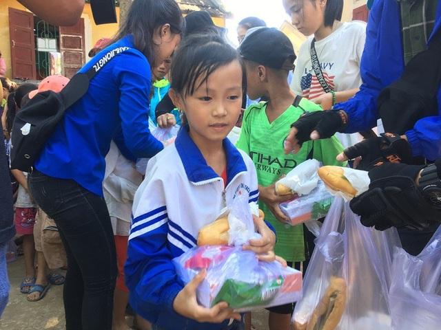 Niềm vui trong ngày Tết Thiếu nhi của trẻ em dân tộc Vân Kiều - 1