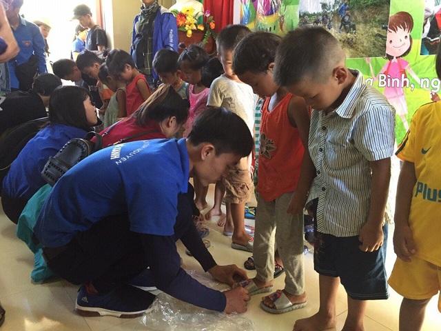 Các em thiếu nhi dân tộc Vân Kiều tại xã Kim Thủy, huyện Lệ Thủy đã có được một ngày 1/6 ngập tràn niềm vui