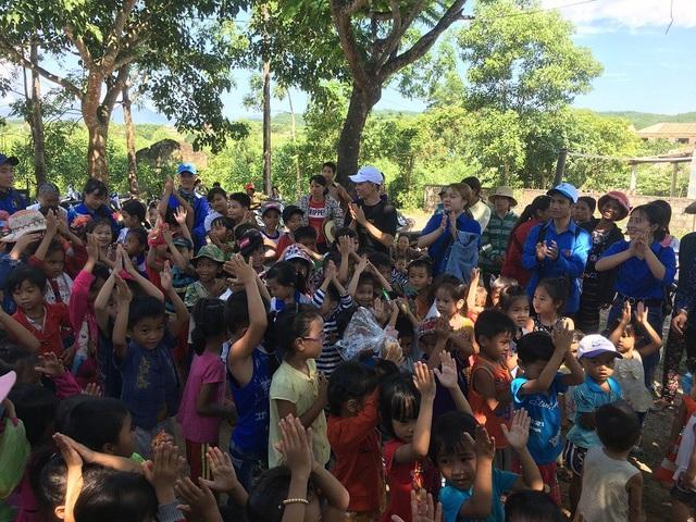 Các em thiếu nhi vui vẻ múa hát và chơi trò chơi cùng các tình nguyện viên của CLB Trái Tim Hồng