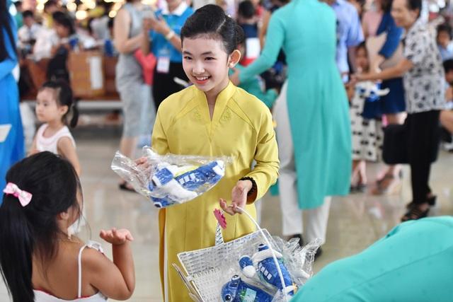 Món quà phi cơ nhí Vietnam Airlines do những người có hoàn cảnh đặc biệt tạo ra được gửi tặng các hành khách nhí nhân dịp Têt thiếu nhi 1/6