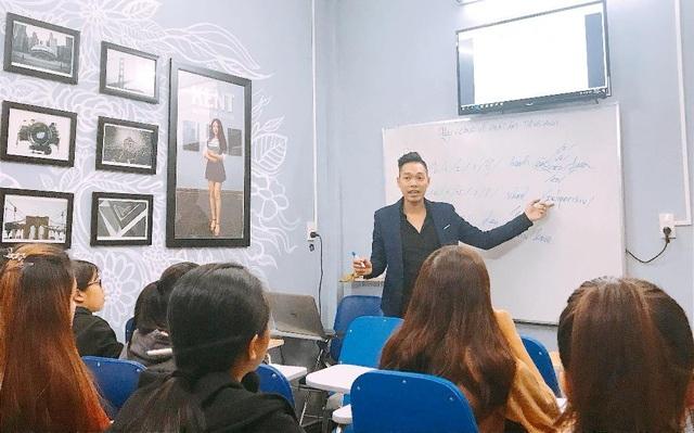 Phong cách lãng tử nghệ sĩ hoàn toàn đối lập với công việc giảng dạy và kinh doanh, Nguyễn Thiện Thông làm tất tần tật mọi việc, kể cả việc chính là dạy học đều đặn tại Trung tâm Anh ngữ KENT do anh sáng lập