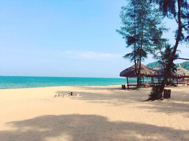Bãi Đông là bãi biển thuộc bán đảo Nghi Sơn, huyện Tĩnh Gia, Thanh Hóa. Khác với sự sầm uất của các bãi tắm khác ở Thanh Hóa, Bãi Đông còn khá hoang sơ và mang vẻ đẹp bình yên. Trong những năm gần đây, địa điểm này được mệnh danh là thiên đường biển miền Bắc, thu hút rất nhiều du khách tới tham quan. Ảnh: @lanvii