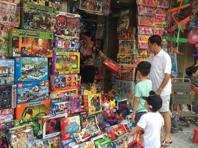 Phụ huynh dẫn con đi mua đồ chơi nhân dịp Tết thiếu nhi 1.6 tại phố Hàng Mã. Ảnh: Đ.P