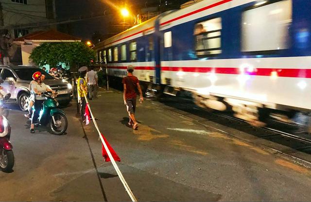 Thót tim khi ôtô tông thanh chắn tàu hỏa, lao qua đường ray ở Sài Gòn - 2