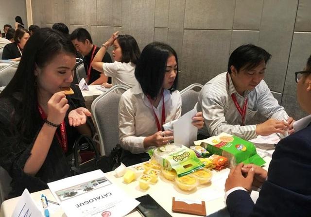 Các đối tác quốc tế nếm thử sản phẩm đến từ Việt Nam tại ThaiFex