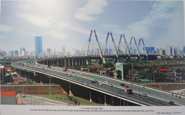 Sau 30 năm đổi mới, diện mạo Thủ đô Hà Nội với nhiều khu đô thị mới, và tuyến đường giao thông hiện đại, văn minh. Trong ảnh là cầu Nhật Tân. (Ảnh: TTXVN).