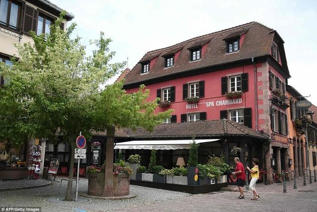 Anthony Bourdain ở Pháp để ghi hình cho chương trình mới, ông đã treo cổ tự vẫn trong khách sạn Le Chambard