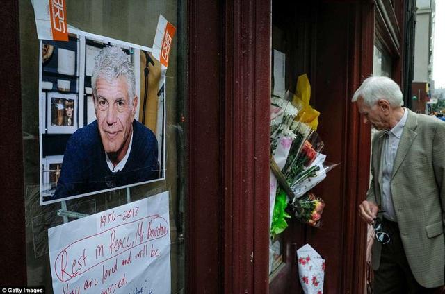 Tại New York, nhiều người đặt hoa tưởng nhớ Anthony tại cửa nhà hàng Brasserie Les Halles - nơi ông từng làm việc