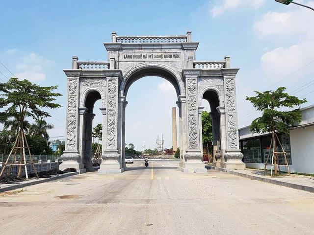 Cổng làng nghề đá mỹ nghệ Ninh Vân, xã Ninh Vân, huyện Hoa Lư (Ninh Bình) nằm bên đường Tỉnh lộ 447 hướng vào khu vực làng nghề. Công trình có quy mô đồ sộ, hoành tráng khiến ai đi qua cũng phải trầm trồ khen ngợi.