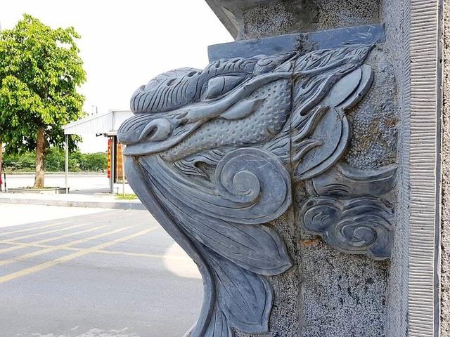 Những hình rồng được khắc nổi ngay dưới chân đế cổng làng trên những phiến đá lớn.
