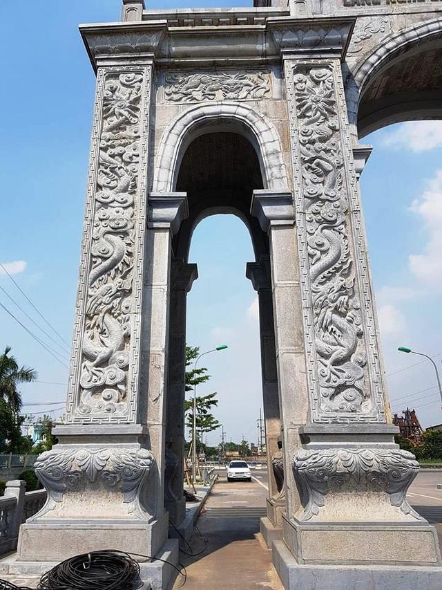 Lối đi chính của cổng dành cho các phương tiện giao thông, lối đi hai bên dành cho người đi bộ và phương tiện thô sơ. Trên mái, đế và các cột, đá được trạm khắc tinh xảo với những hình thù mang đậm chất nghệ thuật.