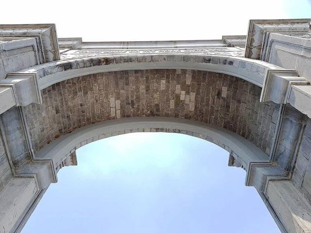 Cổng làng khủng cao cả chục mét, rộng gần 20m làm bằng đá xanh với nhiều khối cỡ lớn. Cổng được thiết kế kiến trúc cổng tam quan với một cổng chính giữa rộng và cao lớn, hai bên là hai cổng nhỏ, bên cạnh đó là nhiều công trình phụ trợ khác.