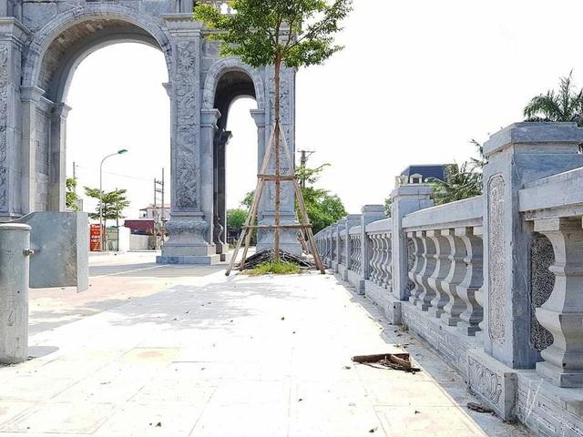 Xung quanh chiếc cổng làng, vỉa hè, lan can cũng được lát và làm bằng đá xanh. Đây là chiếc cổng làng lớn bậc nhất ở Ninh Bình hiện nay với số tiền đầu tư cũng vào bậc lớn nhất.