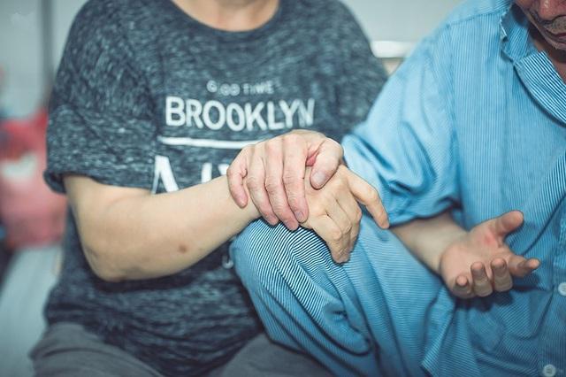 Câu chuyện xúc động đằng sau bộ ảnh đôi vợ chồng ở bệnh viện - 9