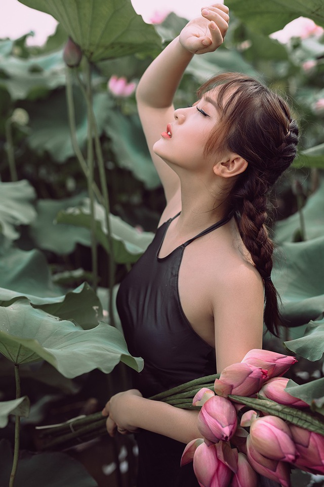 Ngắm vẻ đẹp xuân thì của thiếu nữ tuổi 18 bên đầm sen - 10
