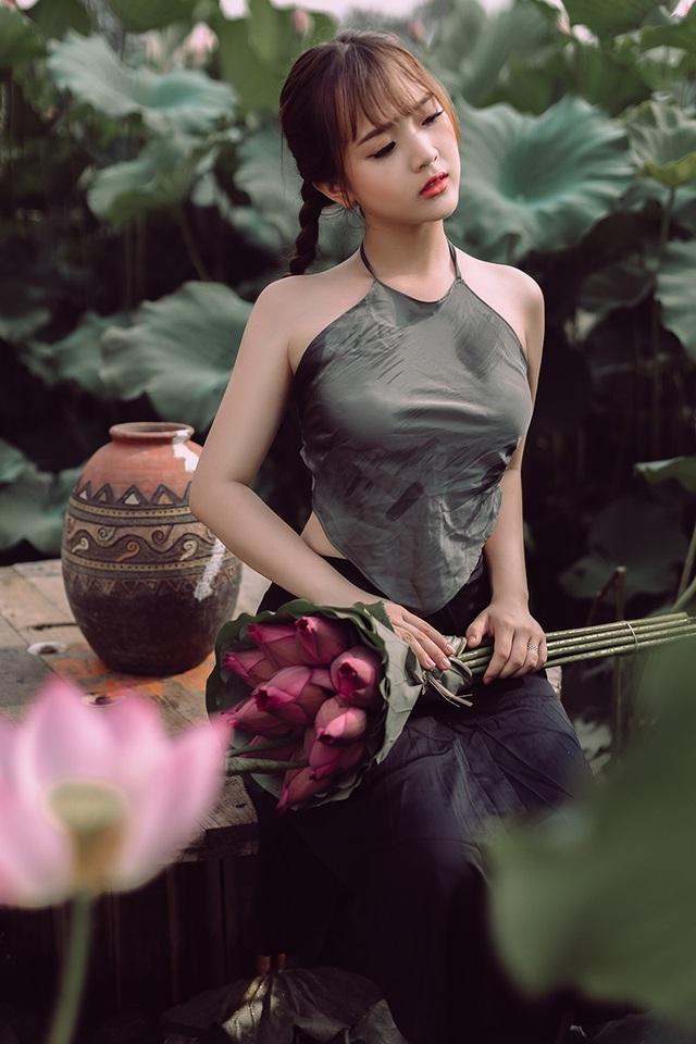 Ngắm vẻ đẹp xuân thì của thiếu nữ tuổi 18 bên đầm sen - 2