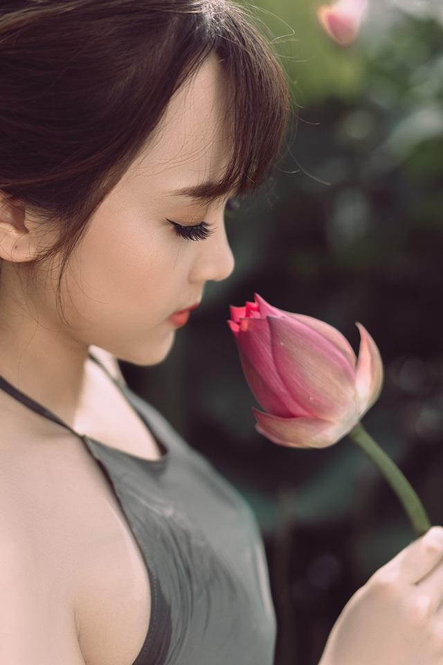 Ngắm vẻ đẹp xuân thì của thiếu nữ tuổi 18 bên đầm sen - 1