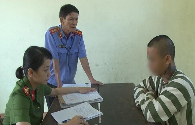 Nguyễn Quốc H. (phải) tại cơ quan công an