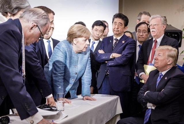Thủ tướng Merkel được cho là thể hiện sự quyền lực trong bức ảnh phiên bản Đức (Ảnh: BBC)