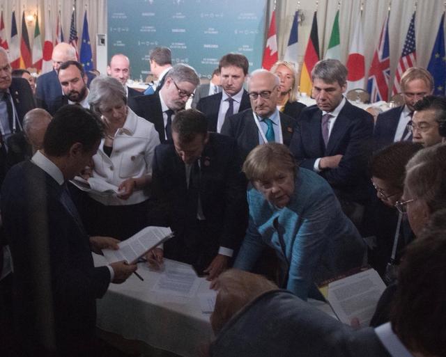 Thủ tướng Conte cầm trên tay tài liệu trong bức ảnh phiên bản Italy (Ảnh: BBC)