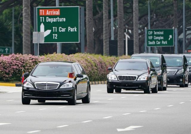 Đoàn xe hộ tống sau đó đưa ông Kim Jong-un rời khỏi sân bay. Nhà lãnh đạo Triều Tiên được cho là ngồi bên trong một trong hai chiếc limousine Mercedes Benz màu đen có gắn cờ Triều Tiên. (Ảnh: Reuters)