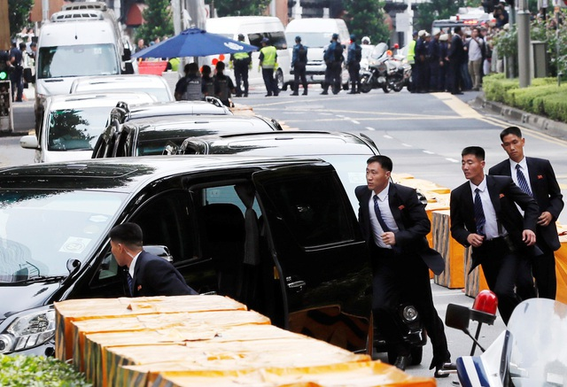 Các vệ sĩ mặc đồng phục vest đen, đeo cà vạt sọc xanh, trắng và gắn huy hiệu màu đỏ trước ngực. (Ảnh: Reuters)
