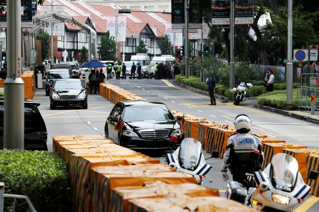 Vào khoảng 3h45, xe chở nhà lãnh đạo Kim Jong-un tới khách sạn St Regis - nơi ông ở trong thời gian lưu lại Singapore. (Ảnh: Straitstimes)