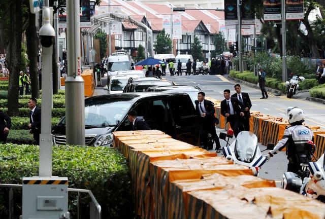 12 vệ sĩ được nhìn thấy chạy theo xe chở ông Kim Jong-un khi xe này tiến vào khách sạn St Regis. (Ảnh: Reuters)