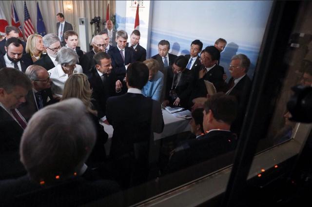 Bức ảnh phiên bản Pháp cho thấy phản ứng của Tổng thống Macron (Ảnh: BBC)