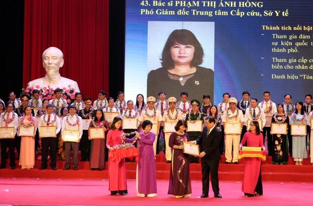 Bác sĩ Phạm Thị Ánh Hồng được một trong những cá nhân xuất sắc toàn TP Đà Nẵng được vinh danh tại Lễ kỷ niệm 70 năm Ngày Chủ tịch Hồ Chí Minh ra lời kêu gọi thi đua ái quốc vừa diễn ra tại Nhà hát Trưng Vương - Đà Nẵng sáng 11/6.
