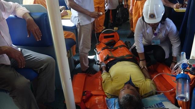Bác sĩ Hồng (đội nón cối trắng) đã có hàng trăm chuyến ra khơi cùng tàu của Trung tâm Phối hợp tìm kiếm cứu nạn hàng hải khu vực 2 cấp cứu ngư dân ngã bệnh, gặp nạn trên biển