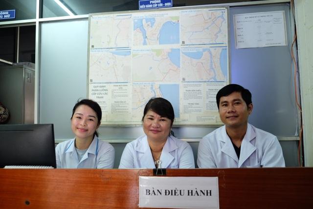 Bác sĩ Hồng cùng các đồng nghiệp ở Trung tâm Cấp cứu 115 Đà Nẵng - trung tâm duy nhất trực thuộc ngành y tế địa phương phối hợp với Trung tâm Phối hợp tìm kiếm cứu nạn khu vực 2 tham gia cấp cứu ngư dân gặp nạn trên biển