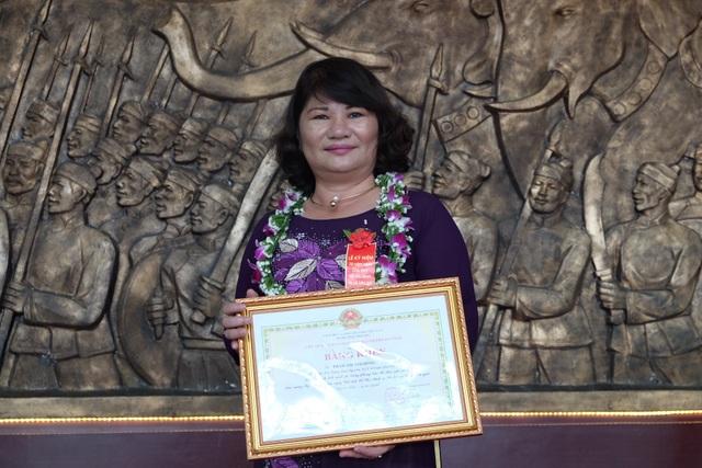 Bác sĩ Phạm Thị Ánh Hồng - người có biệt danh nữ bác sĩ/blouse trắng của ngư dân miền Trung.