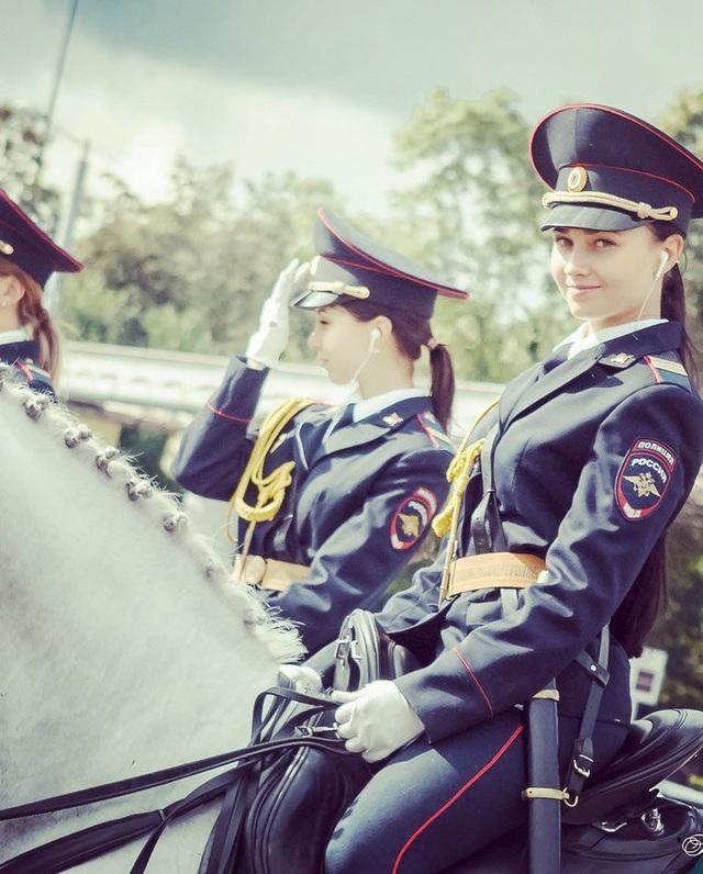 Theo RT, sự việc bắt đầu khi người dùng mạng xã hội Twitter Nhật Bản SRS@VDV đăng tải chùm ảnh về một nữ cảnh sát Nga cưỡi ngựa trắng. Đây là tài khoản chuyên sưu tầm và chia sẻ những hình ảnh về lực lượng quân đội và cảnh sát của Moscow. (Ảnh: Twitter/SRS@VDV)